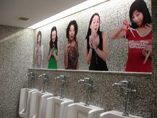 Hiasan Atas Urinoir Toilet Cowok Salah Satu Bangkok